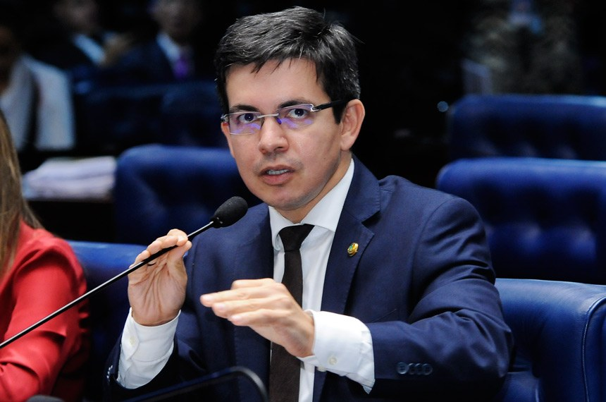 """""""Já tinha comprado passagem"""", diz Randolfe sobre carona de Bolsonaro"""